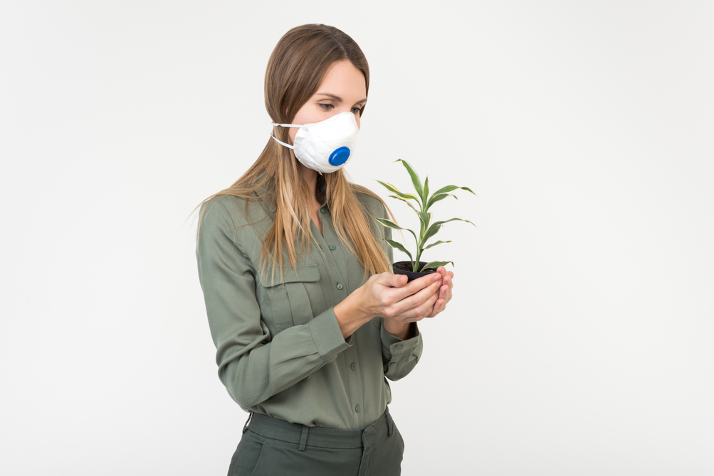woman in face mask photo